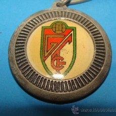 Colecionismo desportivo: LLAVERO DE FÚTBOL. GRANADA CLUB DE FÚTBOL. ESCUDO DEL EQUIPO. AÑOS 80. . Lote 28263748