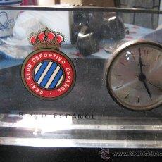 Coleccionismo deportivo: ANTIGUO RELOJ FUNCIONANDO F.C REAL CLUB ESPAÑOL FC ESCUDO SERIGRAFIADO METRAQUILATO BARÇA BARCELONA . Lote 29752324