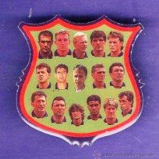 Coleccionismo deportivo: PIN - F C BARCELONA / BARÇA - JUGADORES - TEMPORADA 1993/94 - MUNDO DEPORTIVO - METAL - SIN ESTRENAR. Lote 29772179