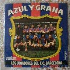 Coleccionismo deportivo: .AZUL Y GRANA, SINGLE CANTADO POR LOS JUGADORES DEL C.F. BARCELONA 1974,SE ABRE Y POSTER,ATRAS FIRMA. Lote 30037478