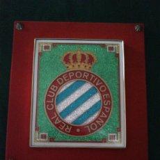 Coleccionismo deportivo: CUADRO ESCUDO DEL REAL CLUB DEPORTIVO ESPAÑOL DE LOS AÑOS 70. Lote 32573246