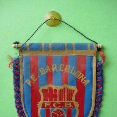 Coleccionismo deportivo: ANTIGUO BANDERIN DE TELA ESCUDO FUTBOL CLUB BARCELONA. Lote 33854334
