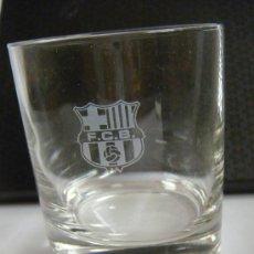 Coleccionismo deportivo: VASO EN CRISTAL CON EL ESCUDO GRABADO DEL C.F. BARCELONA,. Lote 34170710