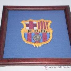 Coleccionismo deportivo: CUADRO CON ESCUDO BORDADO DEL FUTBOL CLUB BARCELONA .. Lote 35625236