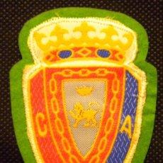 Coleccionismo deportivo: ESCUDO TELA ANTIGUO CAMISETA DE FUTBOL OSASUNA A.C. PAMPLONA. Lote 162659910