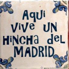 Coleccionismo deportivo: AZULEJO AQUI VIVE UN HINCHA DEL MADRID . Lote 53822832