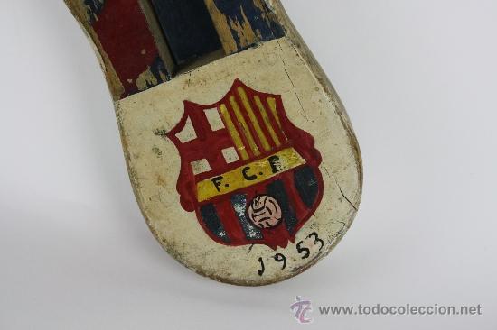 Coleccionismo deportivo: CARRACA EN MADERA PINTADA A MANO DEL BARÇA CON ESCUDO Y CARICATURA DE L'AVI. 1953 ANY DE LES 5 COPES - Foto 2 - 37687622