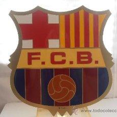 Coleccionismo deportivo: EXTRAORDINARIO ESCUDO DEL F.C.BARCELONA CON PEANA .DE METAQUILATO EL ESCUDO MIDE 30 CTROS. Lote 38399080