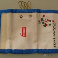 Coleccionismo deportivo: LLAVERO PORTALLAVES DEL MUNDIAL DE FÚTBOL ITALIA 90 1990. MASCOTA. CARRERA JEANS. Lote 40547419