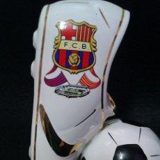 Coleccionismo deportivo: BOTA DE FUTBOL EN PORCELANA Y ORO DEL F.C. BARCELONA VINTAGE. Lote 41483655