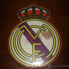Coleccionismo deportivo: ESTUCHE DEL ESCUDO DEL REAL MADRID. AÑOS 60-70. A ESTRENAR, DE TIENDA.. Lote 41970555