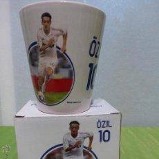 Coleccionismo deportivo: TAZA OFICIAL DEL REAL MADRID - OZIL 10 - EN SU CAJA. Lote 266840579