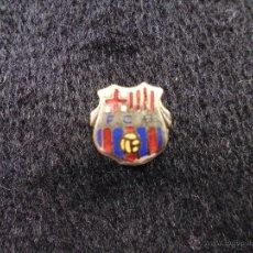 Coleccionismo deportivo: ANTIGUO PIN DE AGUJA OJAL ALFILER FUTBOL CLUB F.C BARCELONA CF BARÇA FC ESCUDO PLATEADO PELOTA BEIG. Lote 44301647