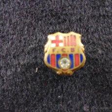 Coleccionismo deportivo: ANTIGUO PIN DE AGUJA OJAL ALFILER FUTBOL CLUB F.C BARCELONA CF BARÇA FC ESCUDO PELOTA BRILLANTE. Lote 44301688