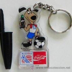 Coleccionismo deportivo: LLAVERO COCA COLA MASCOTA MUNDIAL DE FÚTBOL EEUU 1994 - DEPORTE ESTADOS UNIDOS 94 PERRO CON BOTELLA. Lote 45463547