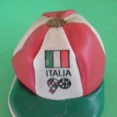 Coleccionismo deportivo: MONEDERO EN FORMA DE GORRA, COPA MUNDIAL DE FÚTBOL ITALIA 90. Lote 45692951