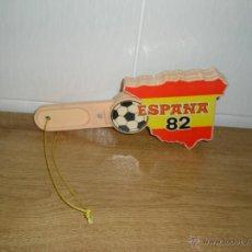 Coleccionismo deportivo: FUTBOL MUNDIAL 82 MANO PARA APLAUDIR NUEVO CON TODOS LOS CAMPOS DONDE SE JUGABA EL MUNDIAL VER FOTOS. Lote 46236040