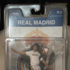 Coleccionismo deportivo: FIGURA FUTBOLISTA DEL REAL MADRID RAÚL FT CHAMPS SERIE 4-4-2 EN BLISTER ORIGINAL. Lote 47320991