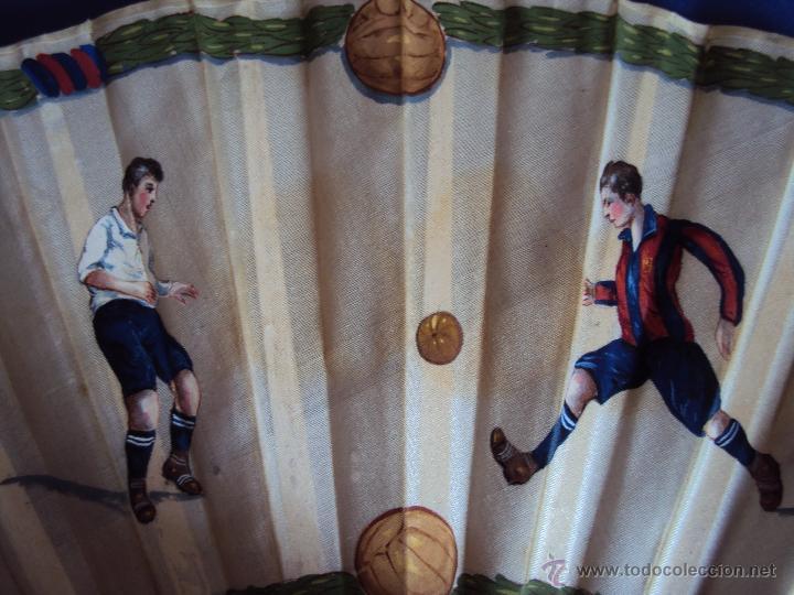 Coleccionismo deportivo: (F-0022)ABANICO ESCENAS FOOT-BALL,F.C.BARCELONA AÑOS 20,PINTADO A MANO,ILUSTRADOR C.CALVO - Foto 3 - 47936509
