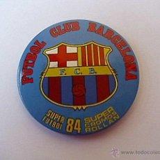 Coleccionismo deportivo: BONITA CHAPA CON IMPERDIBLE ORIGINAL AÑOS 80 - FC BARCELONA - TAMAÑO 6X6 CM. APROX.. Lote 48947355