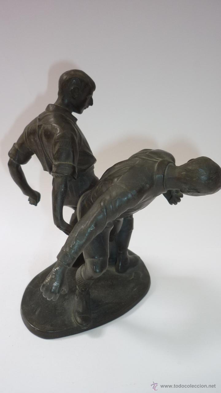 Coleccionismo deportivo: Preciosa escultura en estaño. Original. Años 1920s. Dos futbolistas pugnando el balón. FOOT-BALL - Foto 2 - 49546536