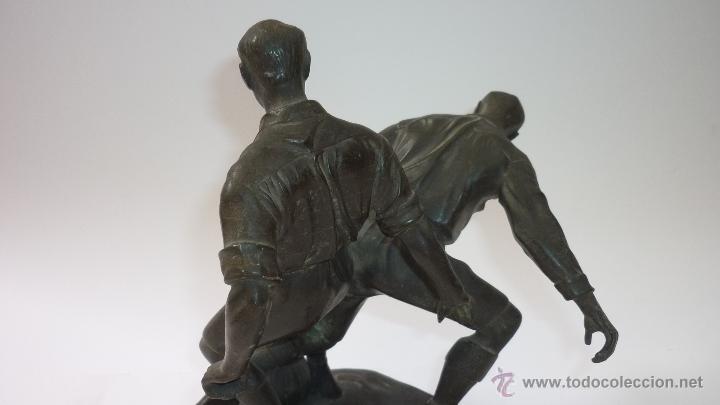 Coleccionismo deportivo: Preciosa escultura en estaño. Original. Años 1920s. Dos futbolistas pugnando el balón. FOOT-BALL - Foto 3 - 49546536