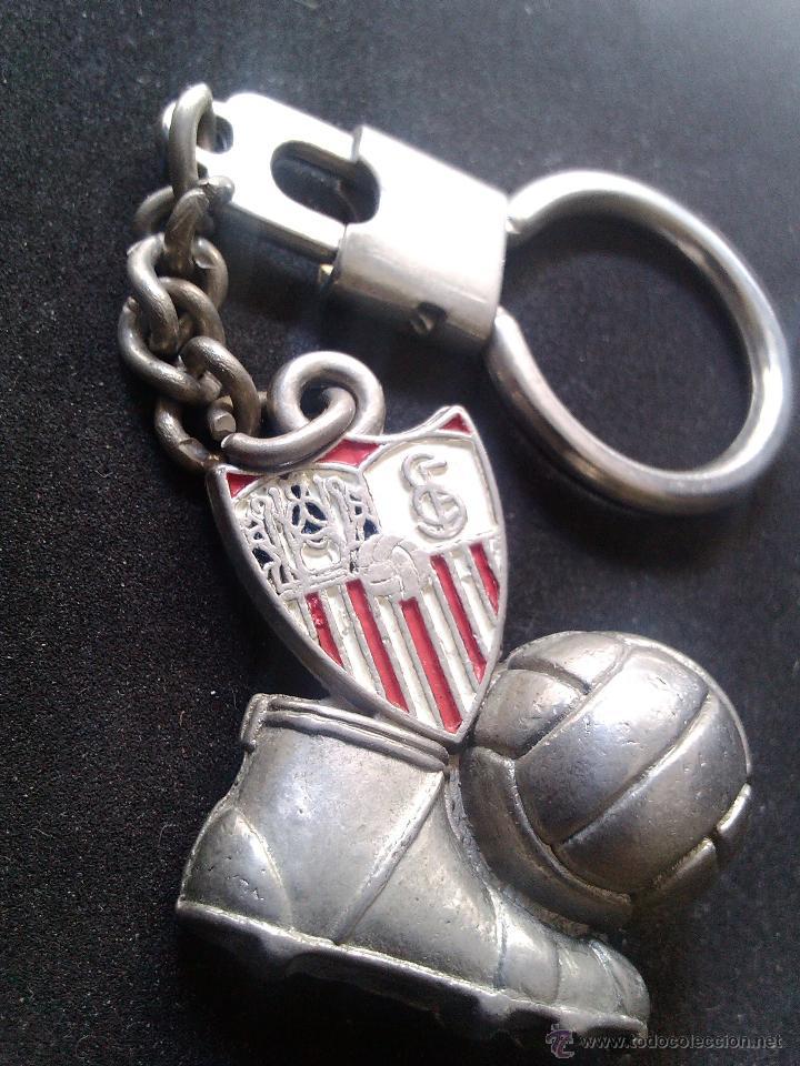 b80f153d539a6 Coleccionismo deportivo  antiguo llavero del SEVILLA F.C. bota balon FUTBOL  y escudo dos caras buen