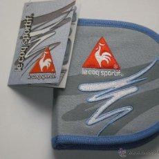 Coleccionismo deportivo: ESTUCHE PORTA CDS EN TELA TEJANO , LE COQ SPORTIF- ORIGINAL AÑO 2005 . NUEVO A ESTRENAR. Lote 50338801