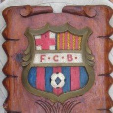 Coleccionismo deportivo: ESCUDO F.C. BARCELONA. AÑO 1974-75. (75º ANIVERSARIO). ARTESANIA MADERA RELIEVE. 51X40 CM.. Lote 50477605