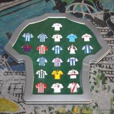 Coleccionismo deportivo: COLECCIÓN MARCA - 20 LLAVEROS DE CAMISETAS EQUIPOS FÚTBOL DE PRIMERA DIVISIÓN + EXPOSITOR - 2002 /03. Lote 50494997