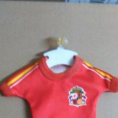 Coleccionismo deportivo: SOUVENIR DEL MUNDIAL DE ESPAÑA 82 -- NARANJITO -- UNIFORME SELECCIÓN ESPAÑOLA CON VENTOSA PARA COCHE. Lote 52818468