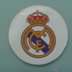 Coleccionismo deportivo: PEGATINA DE ESCUDO DE EQUIPO DE FUTBOL : REAL MADRID .. 5 CM DIAMETRO. Lote 104106202