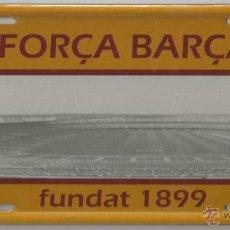Coleccionismo deportivo: PLACA METALICA FORÇA BARÇA - CON LITOGRAFIA DEL CAMPO DE FUTBOL - F.C. BARCELONA. Lote 54519529