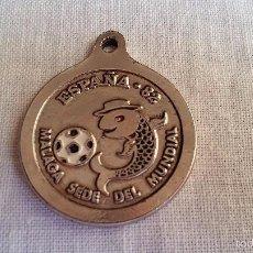 Coleccionismo deportivo: MEDALLON DE LLAVERO ESPAÑA 82 MALAGA SEDE DEL MUNDIAL CON EL BOQUERON VER FOTOS. Lote 56885994