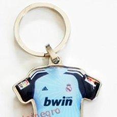 Coleccionismo deportivo: LLAVERO CAMISETA PORTERO DEL REAL MADRID - ÉPOCA IKER CASILLAS - PUBLICIDAD DE BWIN - DEPORTE - Nº 1. Lote 57944768
