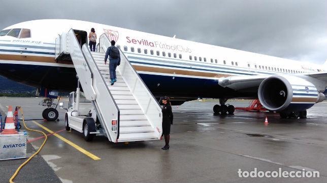 Coleccionismo deportivo: Funda de reposacabezas de asiento. Avión oficial del Sevilla FC. Nuevo. - Foto 7 - 64180903