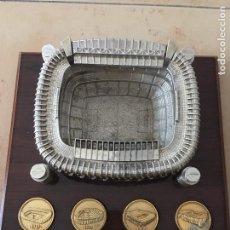 Coleccionismo deportivo: MAQUETA ESTADIO REAL MADRID EN METAL Y BASE MADERA. Lote 67808029