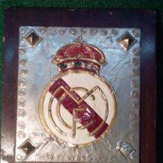 Coleccionismo deportivo: MUY ANTIGUO ESCUDO DEL REAL MADRID C.F. TALLADO ARTESANALMENTE. Lote 111924388