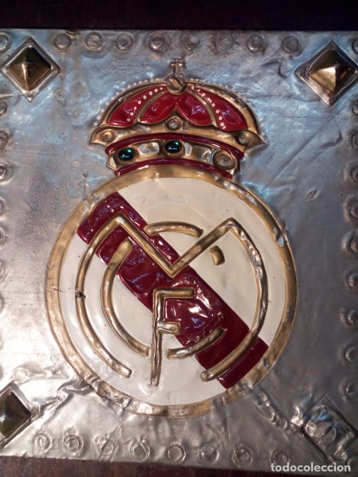ANTIGUO ESCUDO DEL REAL MADRID C.F. TALLADO ARTESANALMENTE (Coleccionismo Deportivo - Merchandising y Mascotas - Futbol)