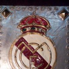 Coleccionismo deportivo: ANTIGUO ESCUDO DEL REAL MADRID C.F. TALLADO ARTESANALMENTE. Lote 111924388