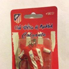 Coleccionismo deportivo: CLUB ATLÉTICO DE MADRID COLGANTE LLAVERO CAMISETA TIPO MOVIL KUN AGUERO. Lote 77416243