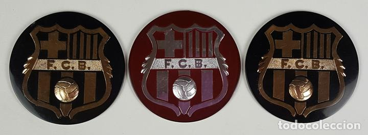 LOTE DE 3 ESCUDOS DEL FC. BARCELONA. RESINA. ESCUDO EN DORADO Y PLATEADO. CIRCA 1970. (Coleccionismo Deportivo - Merchandising y Mascotas - Futbol)