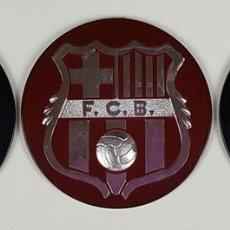 Coleccionismo deportivo: LOTE DE 3 ESCUDOS DEL FC. BARCELONA. RESINA. ESCUDO EN DORADO Y PLATEADO. CIRCA 1970. . Lote 82728492