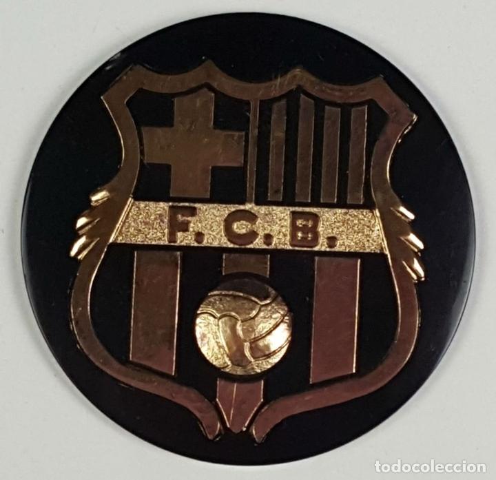 Coleccionismo deportivo: LOTE DE 3 ESCUDOS DEL FC. BARCELONA. RESINA. ESCUDO EN DORADO Y PLATEADO. CIRCA 1970. - Foto 3 - 82728492