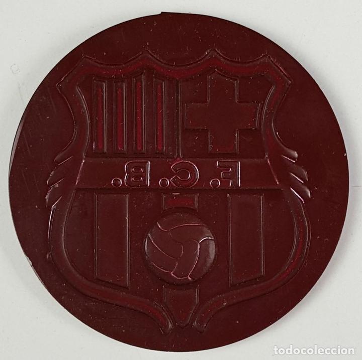 Coleccionismo deportivo: LOTE DE 3 ESCUDOS DEL FC. BARCELONA. RESINA. ESCUDO EN DORADO Y PLATEADO. CIRCA 1970. - Foto 5 - 82728492