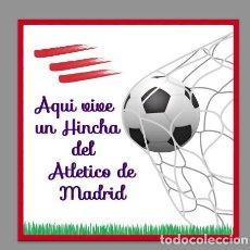 Coleccionismo deportivo: AZULEJO 15X15 AQUI VIVE UN HINCHA DEL ATLETICO DE MADRID. Lote 86273356