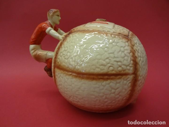 Coleccionismo deportivo: Excelente FUTBOLISTA CON PELOTA en porcelana. Recipiente ORIGINAL años 1930s. - Foto 2 - 86352752