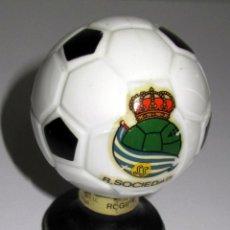 Coleccionismo deportivo: BOTELLA BRANDY FORMA BALON FUTBOL AÑOS 60 REAL SOCIEDAD REALA. Lote 80141977