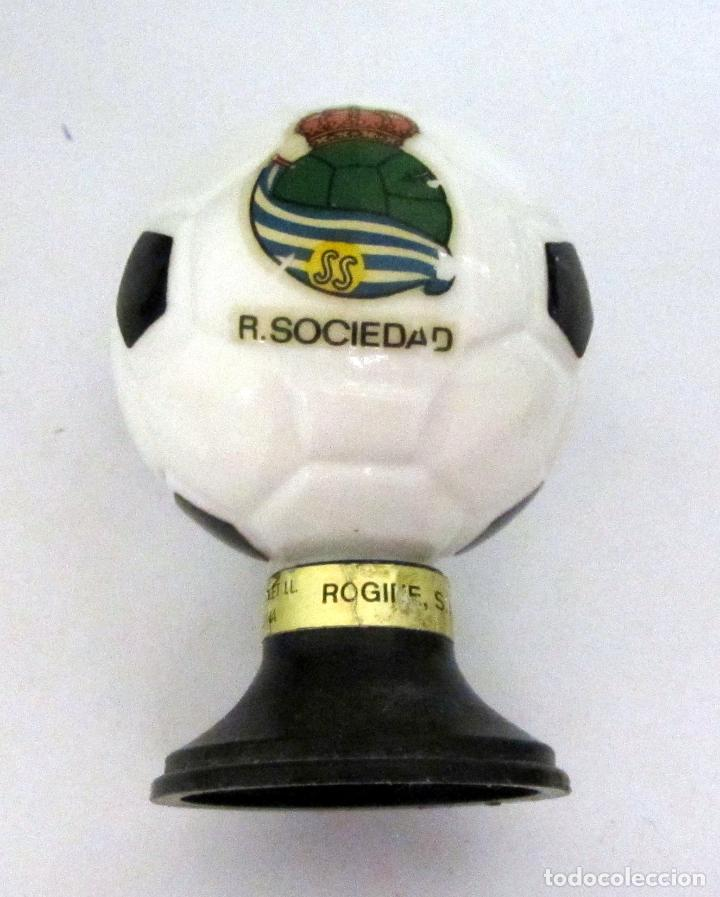 Coleccionismo deportivo: BOTELLA BRANDY FORMA BALON FUTBOL AÑOS 60 REAL SOCIEDAD REALA - Foto 2 - 80141977