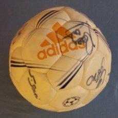 Coleccionismo deportivo: BALON DE FUTBOL ADIDAS FIRMADO POR LA PLANTILLA DEL REAL MADRID TEMPORADA 2002-2003 OFICIAL ORIGINAL. Lote 93075180